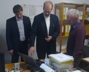 Dr. Wolfgang Kleesiek bei der Ergebnisauswertung mit Herrn Mair und Herrn Weh