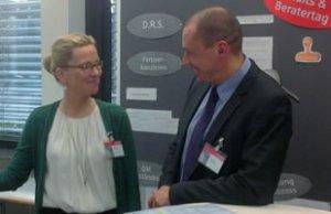 Die QM-Beauftragte der DRS und der ÖRAG, Shirin Wiechers, und Dr. Romanus bei einer Auftaktveranstaltung der DRS für die Partnerkanzleien