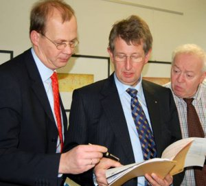 FS Berater Dr. Wolfgang Kleesiek (links) beim EMAS- und ISO 14001-Zertifizierungsaudit mit dem Umweltgutachter Dr. Wilhelm Ross (mitte), Envizert, sowie Franz Josef Schauff (rechts) vom Verband öffentlicher Versicherer.