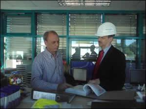 Herr Feldmann (links), Abfallbeauftragter des MHKW; legt dem IFS-Umweltgutachter Dr. Wolfgang Kleesiek (rechts) die schlüssigen Nachweisdokumente zu den angenommenen Abfällen vor.