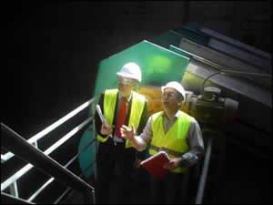 Herr Immel, Leiter MKKW (rechts), erläutert Dr. Kleesiek im ertüchtigten Schlackebunker das Ausmaß des Brandschadens