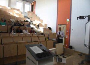 Dr. Romanus im theoretischen Teil des Seminars in Diskussion mit den Teilnehmern