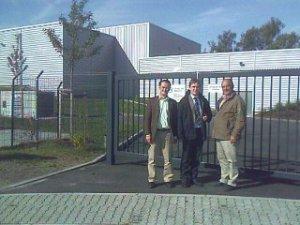 Herr Boroch (SWH), Herr Horstmann (IFS GmbH), Herr Pieper (SWH) vor dem neuen Wasserspeicher und der neuen Druckerhöhungsstation