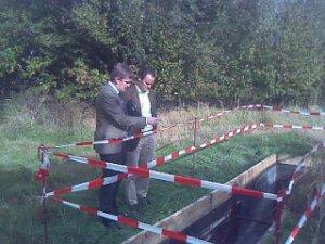 Herr Horstmann (IFS GmbH) diskutiert mit Herrn Boroch (SWH) die Funktionsweise der Gaslöschstrecke